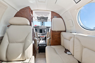 2005 Beechcraft King Air B200: Two place divan