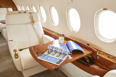2006 Dassault Falcon 2000EX EASy II: Single chair and table