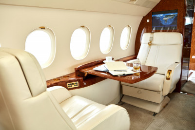 2006 Dassault Falcon 2000EX EASy II: Fwd pair and table