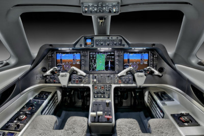 2011 Embraer Phenom 300: Cockpit